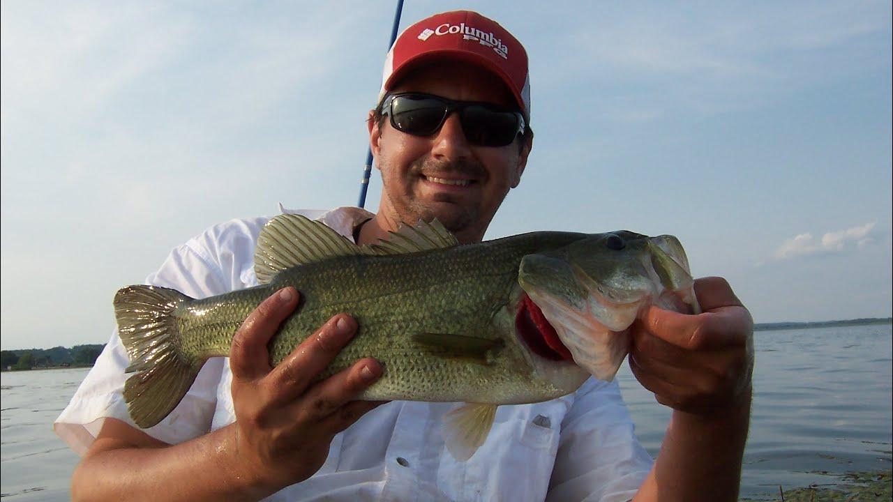 Topwater frog kayak bass fishing emiquon preserve youtube for Topwater bass fishing