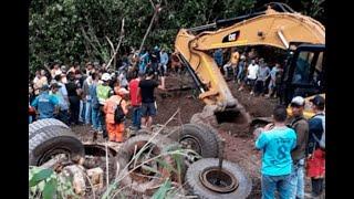 Rescatan cuerpo de conductor de tractomula atrapada por derrumbe en la vía Medellín – Bogotá