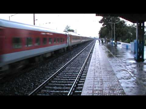 Lightning fast LGD WAP-7 blazes through the rain with Sealdah Rajdhani Express at 130 km/hr!!! Travel Video