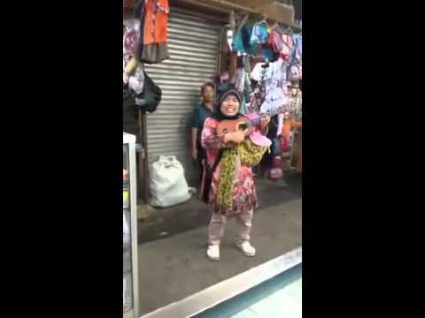 Pengamen wanita tua ini memiliki suara sangat merdu