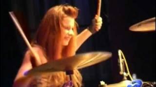 Юлия Савичева играет на ударных