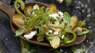 Жареный молодой картофель. Блюдо из картофеля и овощей.