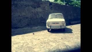 FIAT 850 NEL CORTILE DELLA CASA DEI NONNI