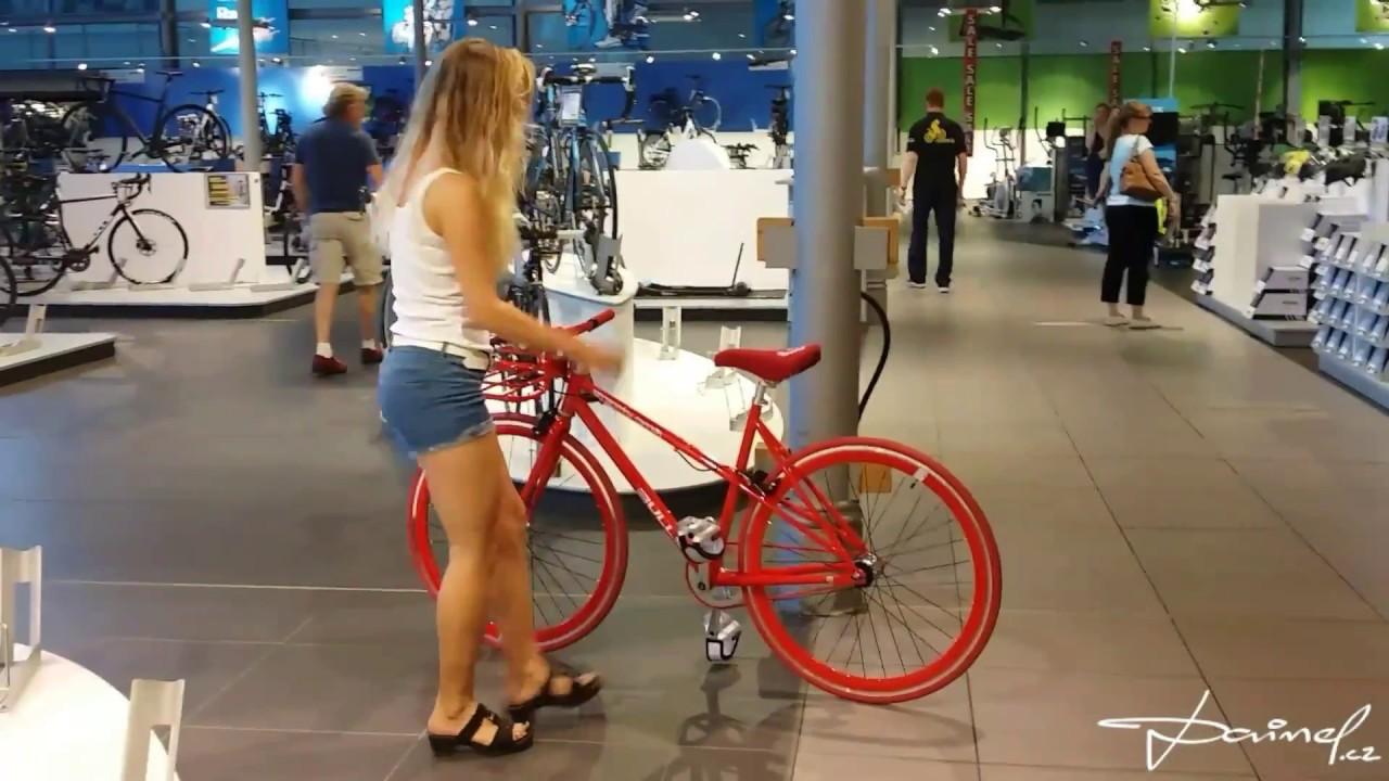 m dchen auf einem roten fahrrad in zweirad center stadler. Black Bedroom Furniture Sets. Home Design Ideas