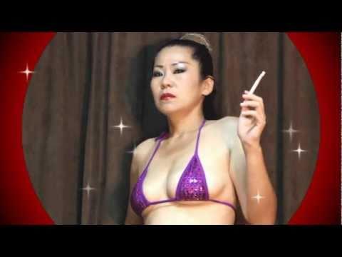 【HD】 熟女のマイクロビキニ SEXY SMOKING in KOBE (MICRO BIKINI)