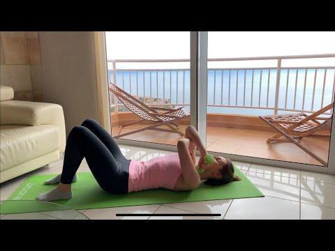 Поочередное разгибание рук с гантелями лежа на  полу: упражнение для рук