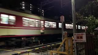 房王寺踏切踏切を通過する、神戸電鉄1070形+1100形