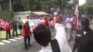 Jair Bolsonaro passa em frente a desocupados da CUT