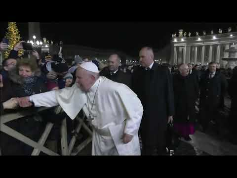 El papa Francisco reprende a una peregrina que le tiró de la mano