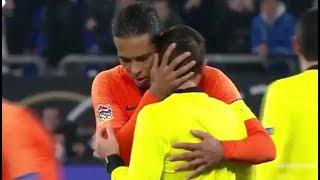Arbitro in lacrime per la morte della mamma, Van Dijk lo consola