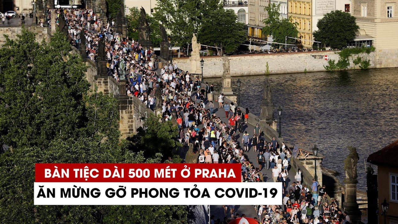 Người Séc bày bàn tiệc dài 500 mét trên cầu ăn mừng bỏ phong tỏa Covid-19