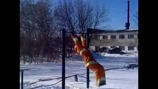 МЧС Беларуси на турнике(МЧС'ник в боёвке с поясом и шлемом делает большие обороты на турнике., 2013-03-28T17:26:41.000Z)