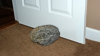 Много лет мужчина подпирал дверь этим камнем, пока ученый не сказал ему правду
