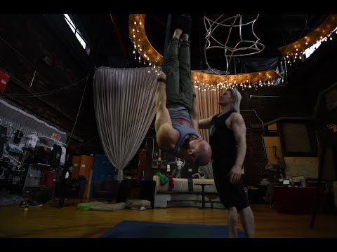 WEIGHTLIFTER TRIES CIRCUS PERFORMANCE