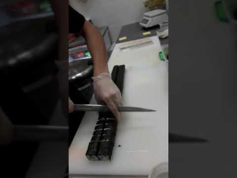 Ролл хоши нарезает повар из суши мастера Ислам Акылбеков