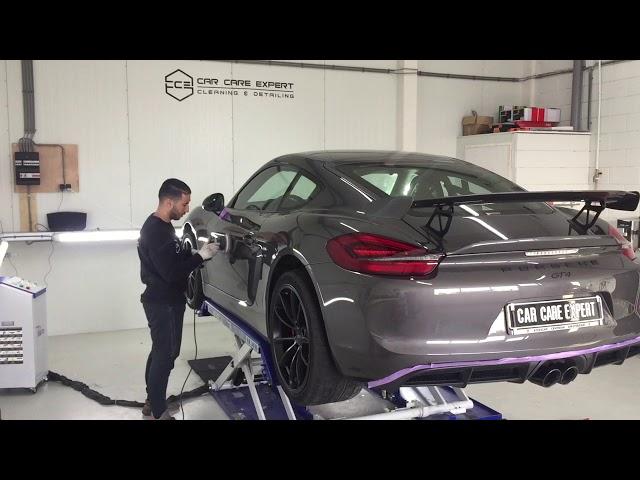 Porsche GT4 poetsen!