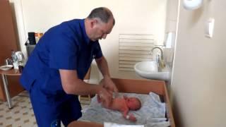 видео Первичный осмотр новорожденного | GidBaby.ru - беременность, роды, развитие ребенка