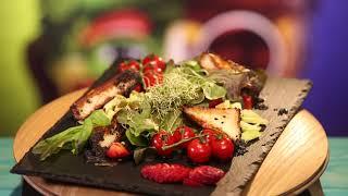 Рецепт недели: салат с клубникой и жареным сыром