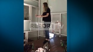 """Report TV - Skandal në muzeun """"Marubi"""" kërcime mbi tavolina"""