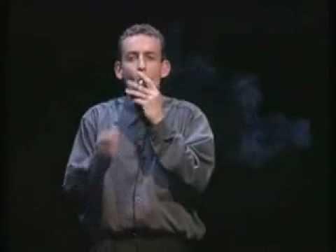 Dany Boon fume une cigarette