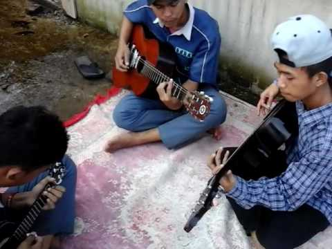 Kolaborasi gitar dan ukulele (aldiansyahkreasi)