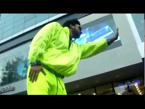 Ranveer Singh halts the Mumbai traffic outside Salman Khan s clothing store  Watch video 2017