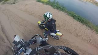 ребенок учится ездить на мотоцикле