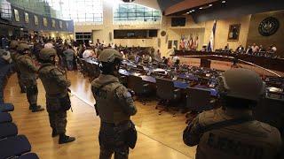 EL SALVADOR   Nayib BUKELE irrumpe con MILITARES armados en el CONGRESO