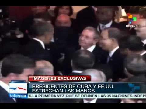 Barack Obama y Raúl Castro se saludan en la entrada de la Cumbre de las Américas 2015