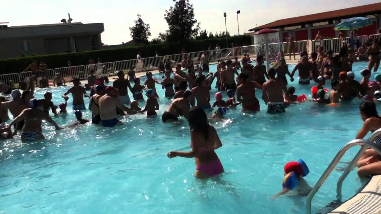 Bailaygoza piscina di trecate ferragosto 2011 trenino youtube - Trecate piscina ...