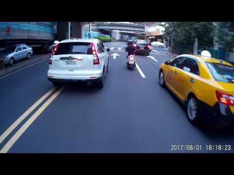 08 01 老大您開車跨雙黃線我跟在後面都不知能不能超車耶