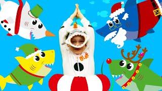 Малыш Акулёнок | Рождественская песня для детей | Пой и танцуй с Санта Акулой и Алексом и Настей