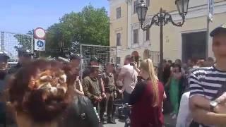 Активист пытался прорваться сквозь полицию и металлические ограждения к Порошенко(, 2017-05-26T10:36:57.000Z)