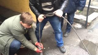 Прочистка канализации Киев, гидродинамический способ.(Гидродинамическая прочистка канализации - мгновенное решение проблемы засора, любой степени сложности...., 2015-01-15T16:56:05.000Z)