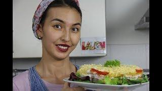 Необычный праздничный салат с курицей и грибами на Новый Год