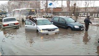На ул. Мерлина в Бийске затопило проезжую часть, трамвайные пути и тротуар (Бийское телевидение)