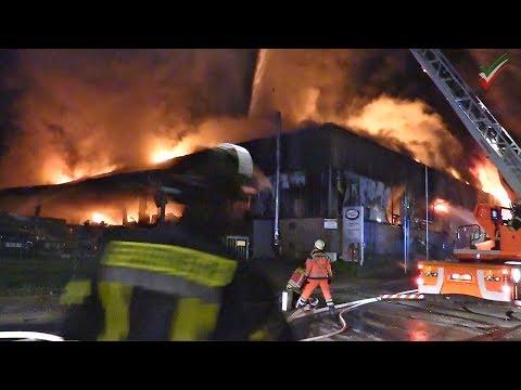 🚨Großbrand In Hagen-Haspe: Lagerhalle Von Gemüse- Und Obsthandel In Vollbrand - Meterhohe Flammen