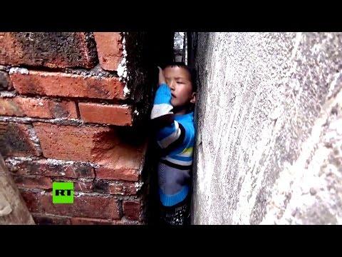 VIDEO Bambino cinese rimane incastrato tra i muri di due case