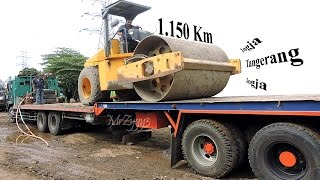 Fuso Self Loader Truck Transporting Volvo Compactor Road To Tangerang