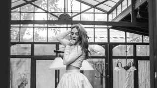 Angela Torres - Vueltas al reloj (Video Lyrics Oficial)