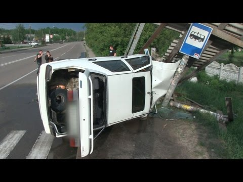 Під Житомиром жінка на Fiat знесла зупинку і збила двох людей - Житомир.info