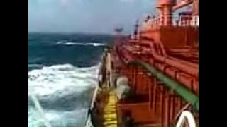 Шторм в океане, вид с корабля (газовоза)! Хорошо качает