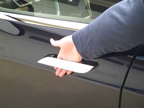 2013 Tesla Model S Fingers Stuck In The Door Handle