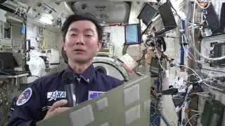 宇宙に配信された「宇宙未来新聞」を読む油井宇宙飛行士 (撮影日:2015...