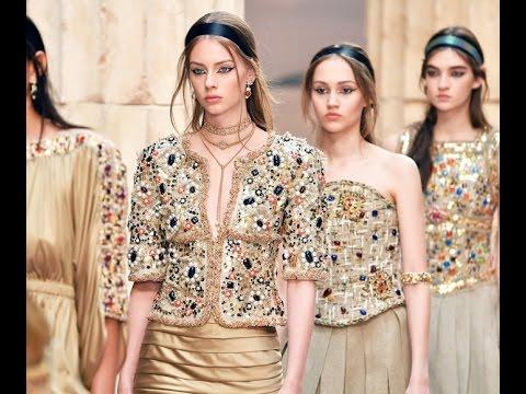 Əsrarəngiz Yunan motivləri. Chanel Cruise - 2018 moda şousu Paris Grand Palais-da gerçəkləşdi.