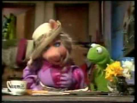 Piggy y Rene en La Pocilga-The Muppets Show Travel Video