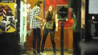 Miley Cyrus bailando en Cold Stone Creamery | 13.04.11