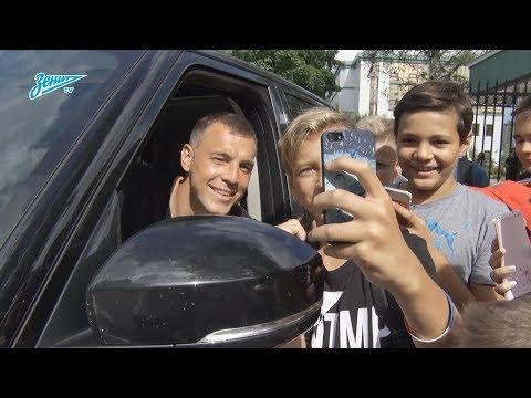 «Дзюба — бог футбола!»: как болельщики встретили нападающего в Удельном парке