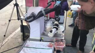 アイス、食べまっか?顔なしロボットが淡々とアイスを配るというシュールな光景(アメリカ)