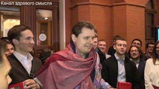 Е. Понасенков и его поклонники решили все вопросы на крыльце музея войны 1812 года